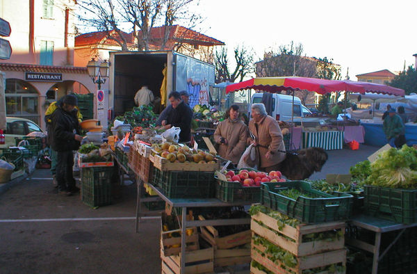 Morgens am Markt in La Turbie im Winter.