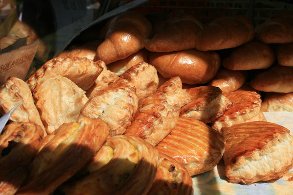 Croissants und andere Backwaren am Markt von Orange.