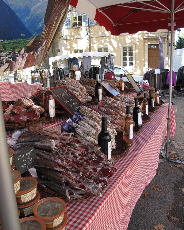 Stand de saucissons des Alpes sur le marché d'Aups.