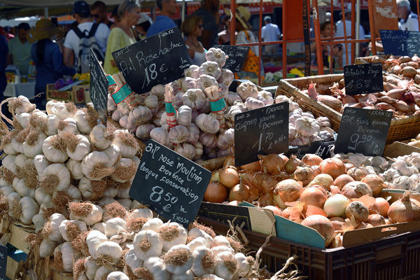 Knoblauch am Marktstand in Nizza